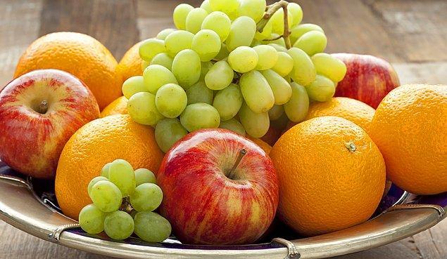 4. Mutfak masanızın üzerinde yıkanmış meyve ve sebze bulundurun ve öğün aralarında acıktığında bunları yiyebileceğini söyleyin.