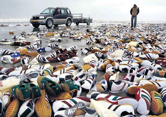 2. Terschelling Adası'nda bulunan binlerce çift spor ayakkabı.