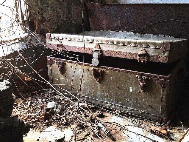 17. Terk edilmiş bir ahırda bulunan sandık.