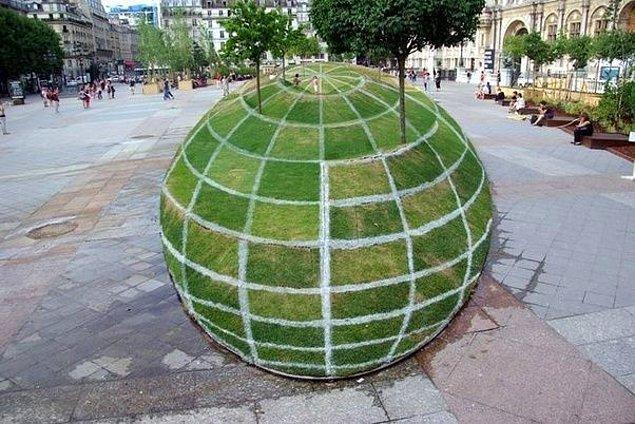 9. Bu da küre şeklinde bir yapı değil, ABD'deki bir parkın peyzajı.