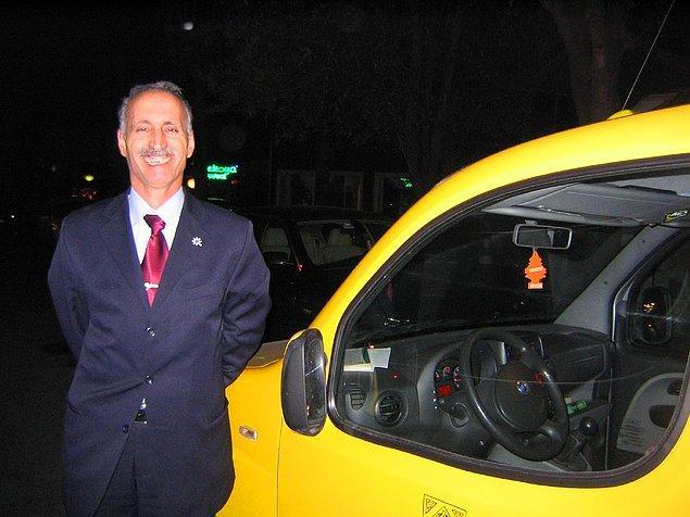 """Şimdi bildiğiniz bütün taksi deneyimlerini ve taksicileri unutun. Sizi dünyaca ünlü nam-ı diğer """"the best taxi driver"""" İhsan Aknur ile tanıştırıyoruz."""