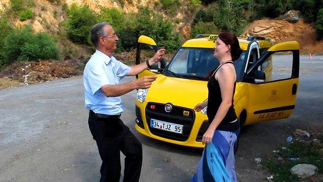 İhsan Aknur ise tam tersi sizi strese sokan değil sizin stresinizi atan bir taksici. Belki de İstanbul'da işin severek yapan tek taksici. Bakınız bu takside 'Mezdeke' çalıyor, İhsan Abi müşterilerle oynuyor.