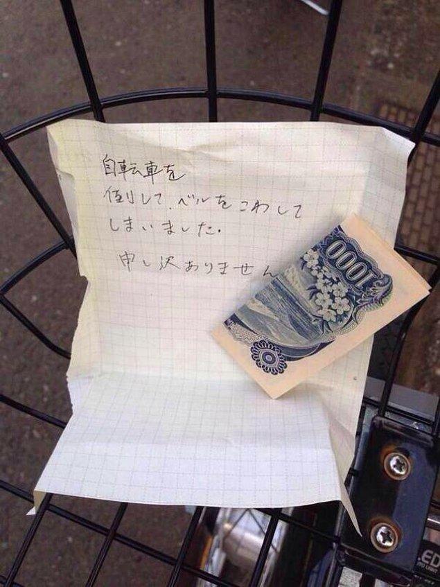 """8. Kağıdın üzerindeki notta şöyle yazıyor; """"Yanlışlıkla bisikletine çarptım ve zili kırıldı. Çok özür dilerim."""""""