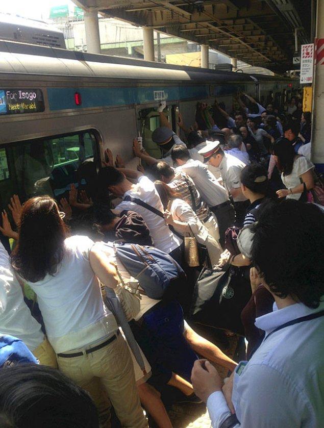 13. Tokyo'da bir kadın tren ve platformun arasına sıkışınca bütün yolcular kadını kurtarabilmek için treni itmişler.