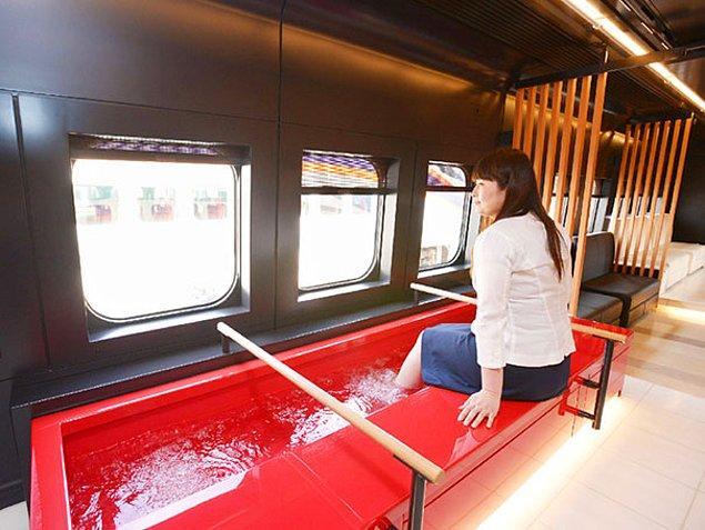 16. Japonya'daki Toreiyu Tsubasa isimli tren, insanlar yolculuklarını daha rahat geçirebilsin diye ayak banyolarıyla dolu.