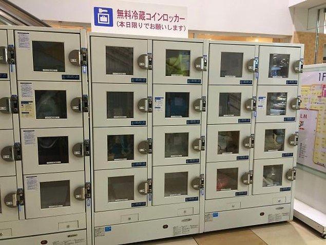 17. Japonya'da bir alışveriş merkezinde kilitli buzdolapları var.