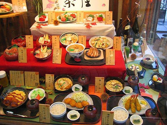 19. Japon restoranları, vitrinlerinde menüdeki yemeğin aynısı olan yapay yemekleri sergiliyorlar.