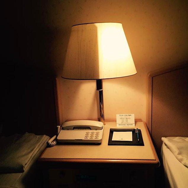 22. Japonya'da kaldığınız bir otelde, sadece yarısını kullanabileceğiniz bu baş ucu lambasıyla karşılaşabilirsiniz...