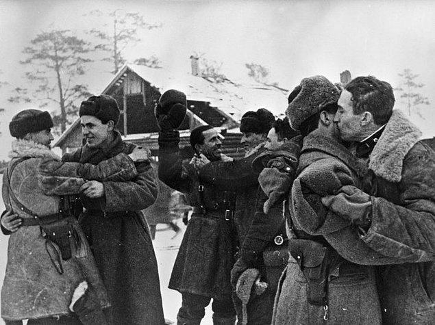18 Ocak 1943'e geldindiğinde Sovyetler Leningrad'a giden dar bir kara yolu açmayı başarmışlardır. Resimde Leningrad ve Bolhovsk cephelerinde savaşan Sovyet askerlerinin buluşmasını görüyorsunuz.