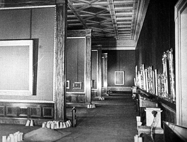 Kuşatma altındaki Leningrad'da yer alan Ermitaj Müzesinin boş salonları.