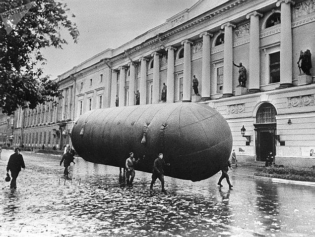 Bombardımandan korunmak amacıyla Leningrad sokaklarına çelik tankerler yerleştiriliyordu.
