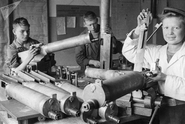 Kuşatma sırasında silah fabrikasında makineli tüfek üretimini yapan okul öğrencileri.