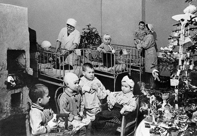 Leningrad'da çocuk hastanesinde yılbaşı gecesi kutlanırken.