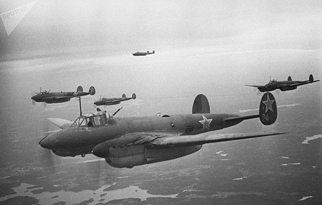 Kuşatmasının kırılmasında önemli rol oynayan Sovyet Birliği Hava Kuvvetleri'ne ait bombardıman uçakları.
