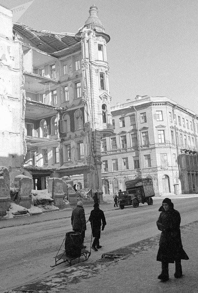 Leningrad kuşatması süresince gerçekleşen yangınlarda 3 bin 200 konut, 9 bin ahşap yapı, 840 fabrika ve işletme imha oldu.