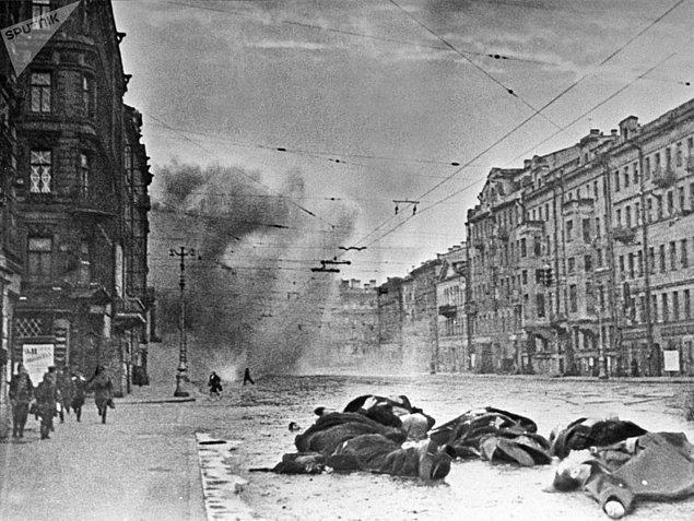 900 gün süren Leningrad kuşatmasında yaklaşık 3 milyon olan şehir nüfusunun kimi hesaplamalara göre bir milyonu, kimi hesaplamalara göre ise iki milyonu bombardıman, hastalık ve en önemlisi açlıktan hayatını kaybetti.