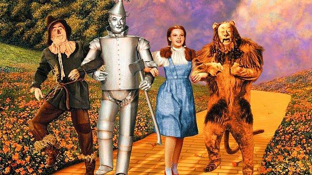 """8. Judy Garland, """"Oz Büyücüsü"""" setinde oldukça ağır şartlar altında çalışıyordu. Henüz 16 yaşında bir genç kızın kendilerinden önemli bir rolde olmasını diğer oyuncular pek de hoş karşılamıyordu."""