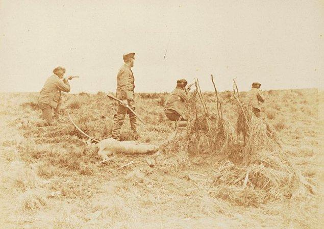 Julius Popper 1896 yılında Selk'am soykırımı için Tierra del Fuego, Arjantin'de yerli halkın üyelerini avlarken... Büyük şirketler her ölü yerli için büyük ödüller ödedi. Bu ölümler, bir çift el ya da kulak veya daha sonraları kafatasının gösterilmesi ile kanıtlanıyordu.