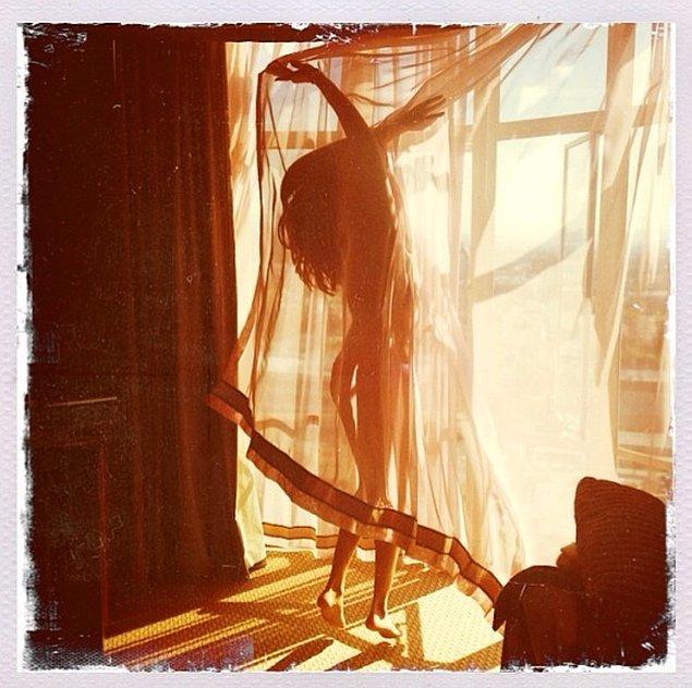 8. Selena Gomez bu tür pozlardan normalde uzak durur ama belirsiz de olsa çıplak fotoğraf paylaşmaktan çekinmemişti.
