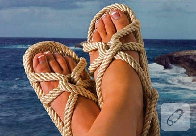 """7. """"Bayramda Mikonos yapıcaz, ordan da belki Santorini. Yokinim senin çantada mı?"""" sandaleti"""