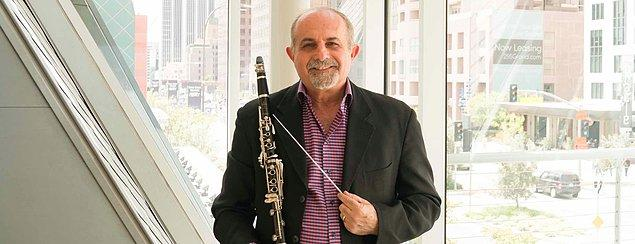Abramovitz, klarnet hocasının 'bursu reddettiğin halde neden geldin?' diye sorması üzerine şüphelendi.