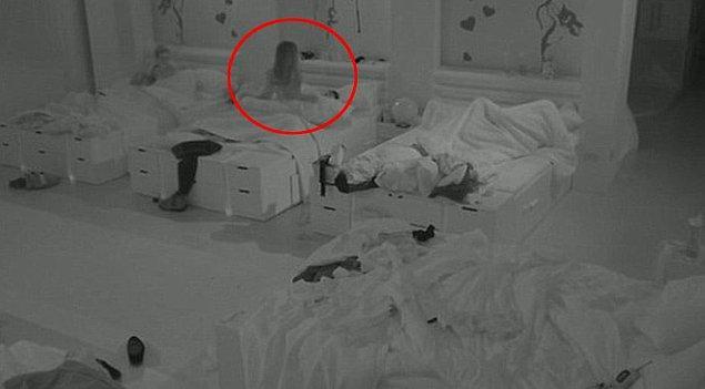 Geçtiğimiz yıl iki yarışmacının cinsel ilişki yaşadığı görüntüler, sansürsüz olarak televizyondan verilince seyircilerden tepki toplamıştı. Bu arada yatakların yan yana olduğunu da bilmem fark ettiniz mi?