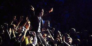 Stage Dive Yapmak İsterken Türk Seyircilerin Story Merakına Yenik Düşerek Perişan Olan Nick Cave