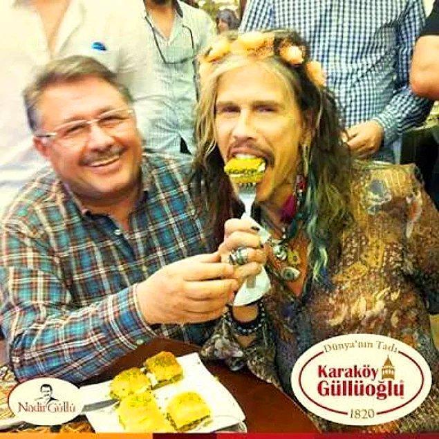 3. Aerosmith'in vokali Steven Tyler'a bizzat Nadir Güllüoğlu tarafından baklava yedirildi.