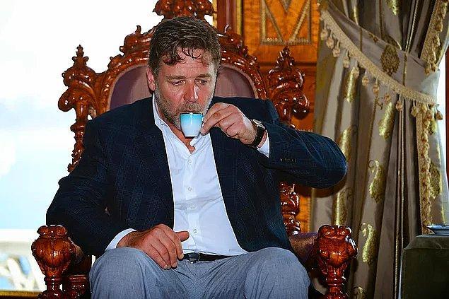 5. Neredeyse artık bizim gibi olan Russell Crowe'a kırk yıllık hatrı olan Türk kahvesi içirildi.
