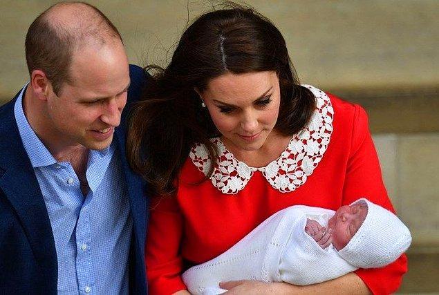 Sabah 6 sularında doğum yapacağı hastaneye giden Middleton, doğumun ardından kucağında bebeğiyle, Jenny Packham imzalı kırmızı bir elbiseyle basının karşısına çıkmıştı. Gördüğünüz gibi Kate, Prenses Diana ile aynı renk tercihinde bulunmuş.