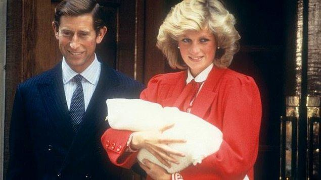 Prenses Diana, oğlu Prens Harry'nin doğumundan bir gün sonra, 16 Eylül 1984 tarihinde, kırmızı kıyafetleri içinde Prens Charles ile birlikte hastane girişinde kraliyet ailesinin yeni üyesini halka tanıtmıştı.