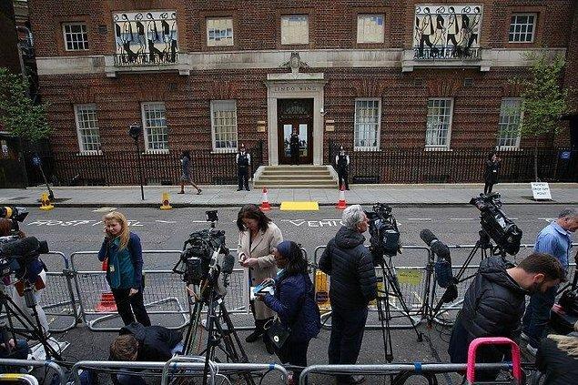Ve elbette basın mensupları da Prens'i fotoğraflayabilmek için saatlerce hastane önünde nöbet tutmuştu.