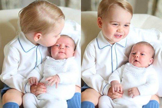 Prens George kardeşi Charlotte doğduğunda ikisi birlikte bu şekilde fotoğraflanmıştı. Prens George kesinlikle dünyanın en tatlı abisi olacak yeni gelen kardeşi Prens Louis için de...