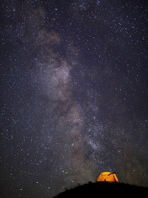 Ayın gökyüzünde olmadığı yıldızlarla bezeli bir gece