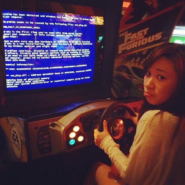 4. Araba sürme oyununda arabayı çarpmak ve bilgisayarı çökertmek...