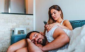 Partnerinizin Telefonunu Gizlice Kurcalamamanız İçin 12 Aşırı Mantıklı Sebep