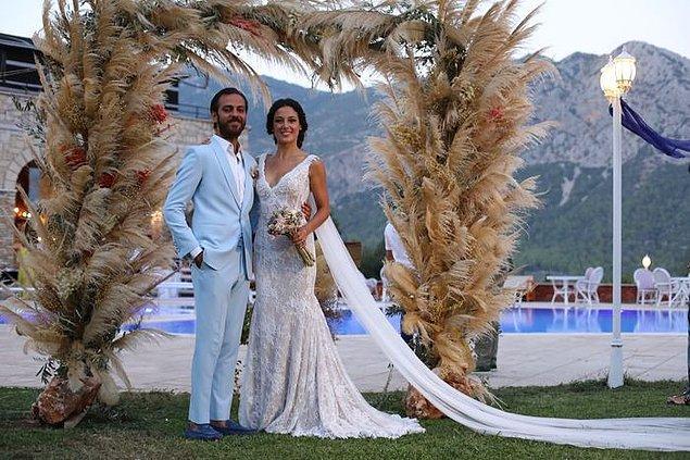 Erkan Kolçak Köstendil ve Cansu Tosun, rüya gibi bir çift olmuşlar gerçekten. İsteyen herkesin böyle düğünü olsun diyor, genç çiftimize de mutluluklar diliyoruz.