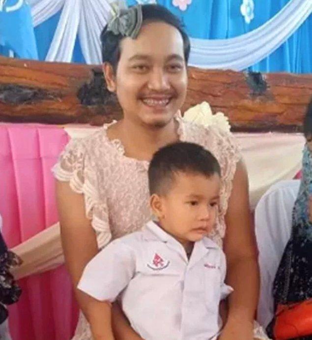 Tayland geleneğine göre çocuklar sevgi ve minnetlerini göstermek için annelerinin önünde eğiliyor ve onlara beyaz yasemin sunuyor ya da çelenk giydiriyorlar. Karşılığında anne de çocuklarına hayır dualarını sunuyor.