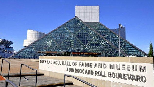 8. Rock and Roll Hall Of Fame müzesine giren ilk kadın sanatçı oldu.