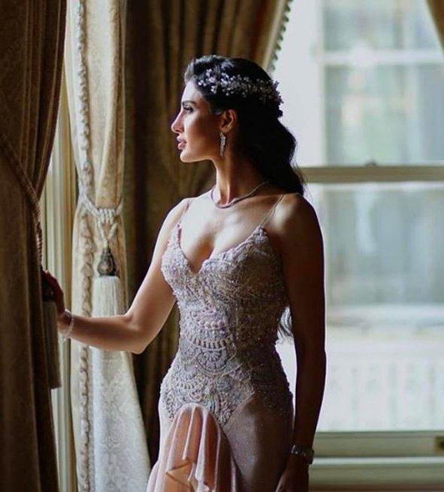 Pudra rengi, üstü işlemeli, saten bir elbise tercih etmiş İdil Fırat kına gecesi için.