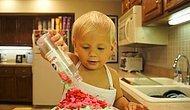 Annesiyle Birlikte Kek Yapan 2 Yaşındaki Ufaklığın Ekranı Isırtacak Tatlılıktaki Aşçılık Görüntüleri