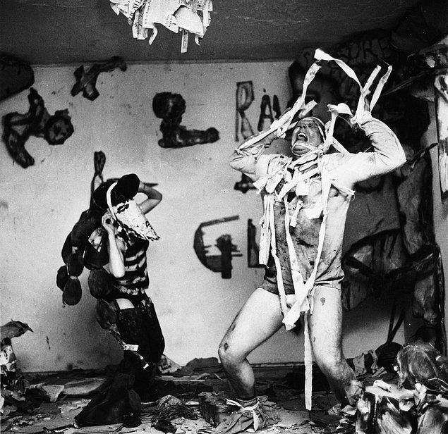 Bir diğer oyunumuz ise happening sanatçılarından Claes Oldenburg'un Snapshots from the City.