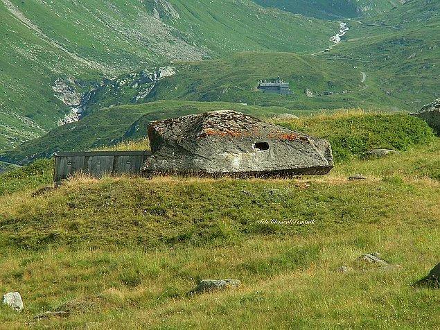 İsviçre'de, nükleer bir savaş tehlikesine karşın ülkenin tüm nüfusunu barındırabilecek barınaklar mevcut.