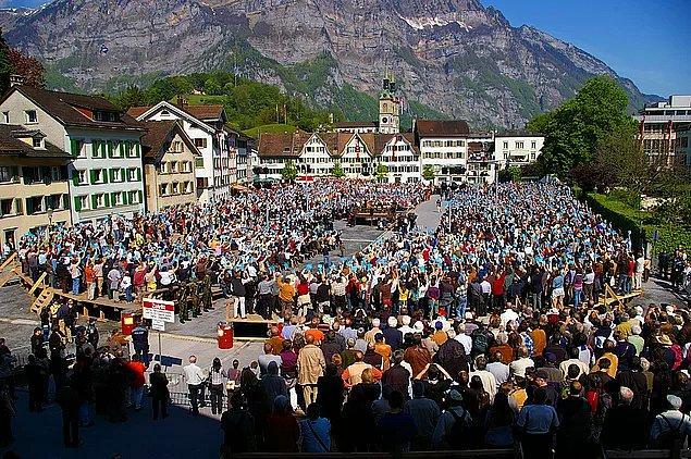 İsviçre dünya üzerinde doğrudan demokrasi ile yönetilen tek ülkedir.