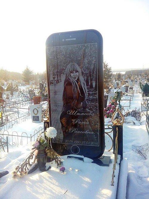 Rusya'da iPhone şeklinde mezar taşı yapıldı 44