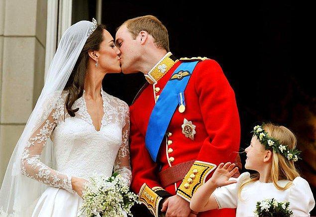 Çiftimiz düğünlerinin unutulmaz olmasını istedi, diğer bütün çiftler gibi. Kate'in elbisesi için 400,000 dolar harcandı ama bu fiyat çiçekler için harcananın yarısı çünkü çiçekler tam olarak 800,000 dolardı.