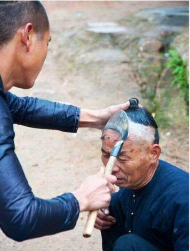 3. Berber olduğunuzdan emin misiniz? Çinli berberler orak ve sıcak maşa kullanarak saç kesebiliyorlar ve bunu yapmaları için özel bir alana ihtiyaçları yok.