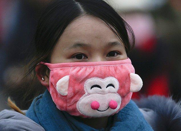 20. Çin'de yaşayan insanların çoğu kirli havadan etkilenmemek için maske takıyor. Maskeler, yeni trendlere uyarak tatlış duruyorlar...