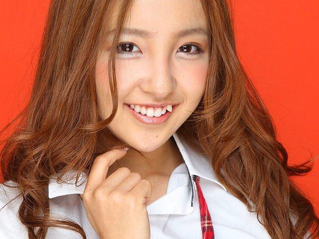 """21. """"Vampir"""" dişlere sahip olmak ise Asyalı insanların çok beğendiği sıra dışı bir trend. Eğer doğa size keskin dişler vermiyorsa, bir dişçiyle kendiniz halledebilirsiniz 😂"""