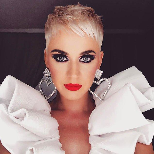 16. Katy Perry ve kırmızı ruju asla çirkin olmayacaklar.